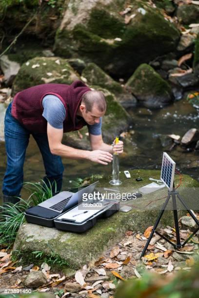 Een milieuactivist verzamelen van gegevens en het toezicht op de kwaliteit van het water van een rivier