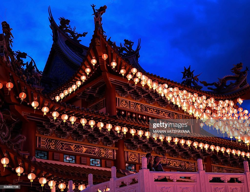 An Ethnic Malaysian-Chinese couple takes a photograph at the Thean Hou temple decorated with red lanterns in Kuala Lumpur on February 7, 2016, on the eve of the Lunar New Year. The Lunar New Year will mark the start of the Year of the Monkey on February 8. AFP PHOTO / MANAN VATSYAYANA / AFP / MANAN VATSYAYANA