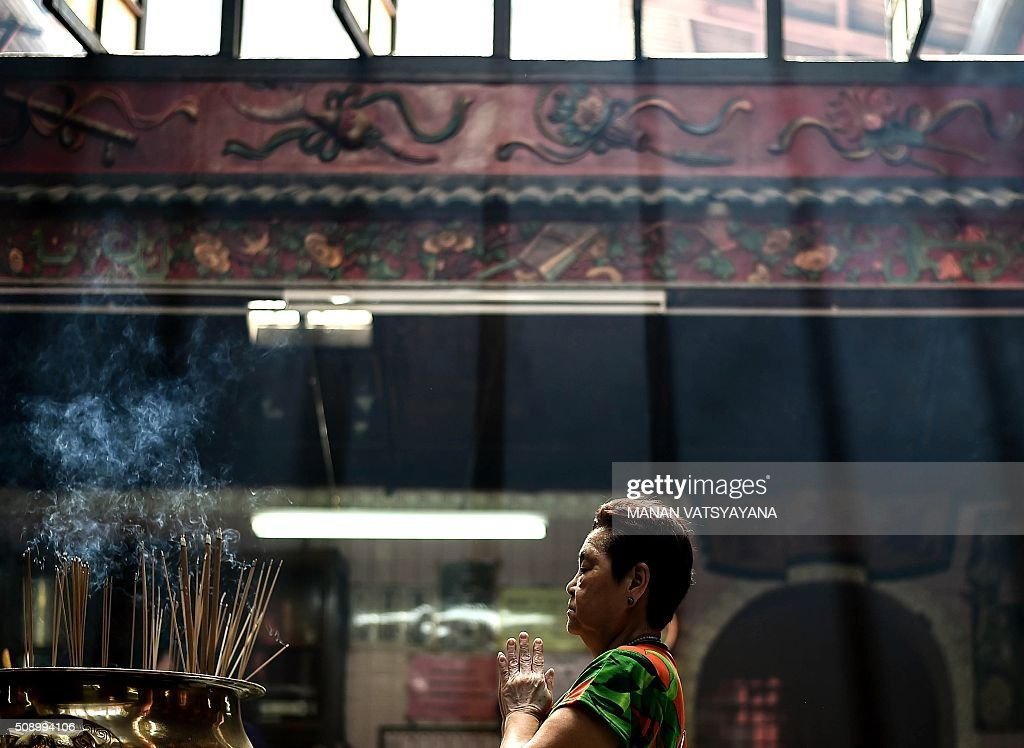 An ethnic Malaysian-Chinese devotee offers prayers at the Sin Sze Si Ya Temple on the first day of the Lunar New Year in Kuala Lumpur's popular Chinatown area on February 8, 2016. Some 25 percent of Malaysia's 29 million people are ethnic Chinese and celebrate the Lunar New Year, this year marking the Year of the Monkey. AFP PHOTO / MANAN VATSYAYANA / AFP / MANAN VATSYAYANA