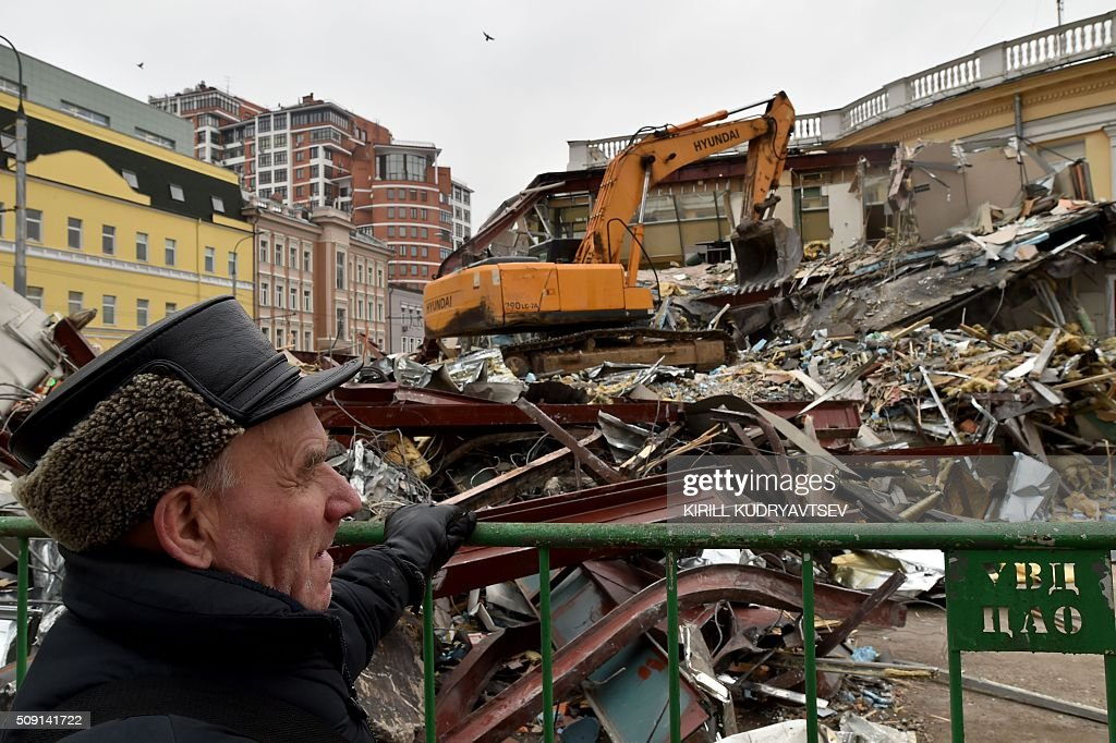 An excavator knocks down a street kiosk, deemed by authorities to have been illegally built, in central Moscow on February 9, 2016. Russian authorities ordered the demolition of street kiosks built without permits in Moscow, according to local media. AFP PHOTO / KIRILL KUDRYAVTSEV / AFP / KIRILL KUDRYAVTSEV