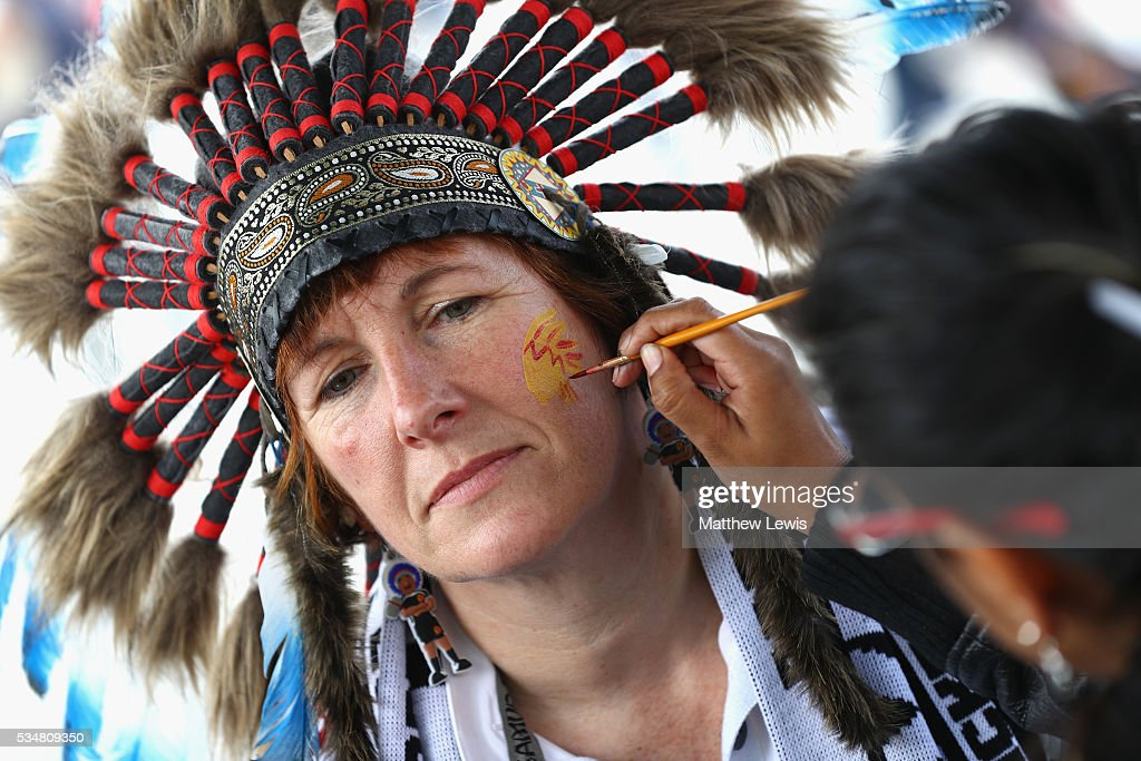 An Exeter supporter gets their face painted prior to the Aviva Premiership final match between Saracens and Exeter Chiefs at Twickenham Stadium on May 28, 2016 in London, England.