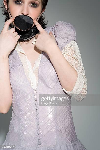 Um eyepatch cobrir um jovem womans Boca