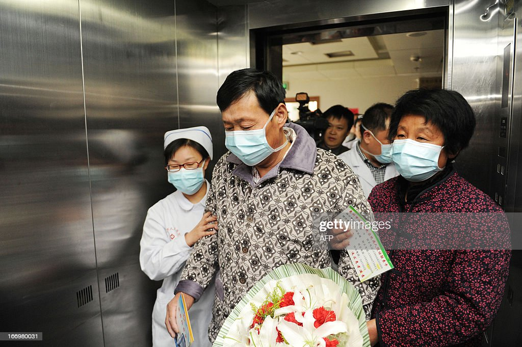 An H7N9 bird flu patient surnamed Li (C) is escorted after his recovery and approval for discharge from the hospital in Bozhou, central China's Anhui province on April 19, 2013. Experts from the UN's health agency are examining whether the H7N9 bird flu virus is spreading among humans, after a cluster of cases among relatives, but downplayed fears of a pandemic on April 19. CHINA