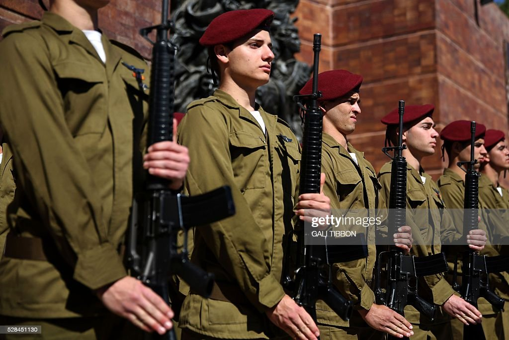 An honour guard of Israelis stand to attention during a ceremony marking the annual Holocaust Remembrance Day at the Yad Vashem Holocaust Memorial in Jerusalem on May 5, 2016. The state of Israel marks the annual Memorial Day commemorating the six million Jews murdered by the Nazis in the Holocaust during World War II. / AFP / GALI