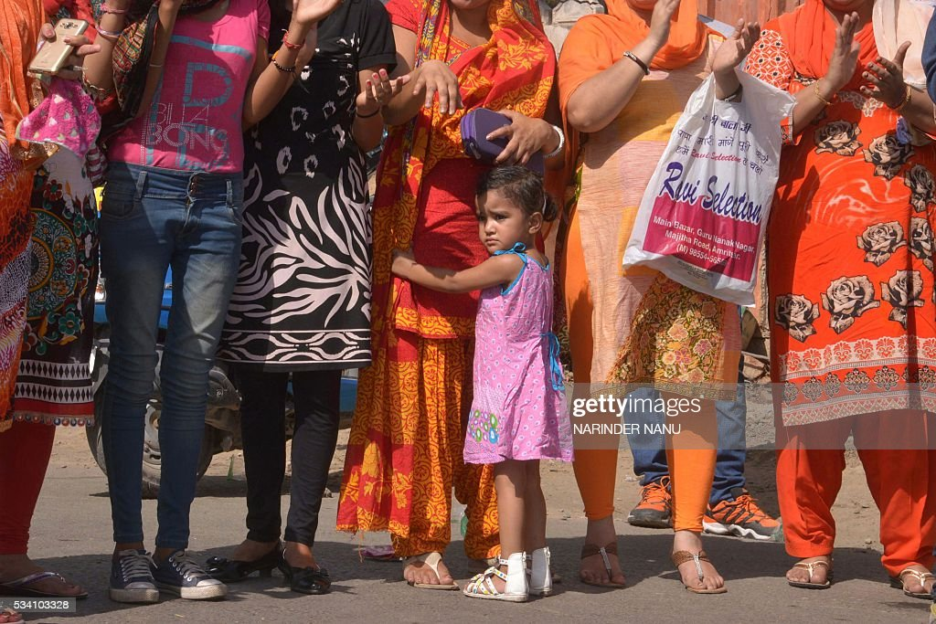 An Indian child joins members of the Punjab Parents Association(PPA) as they stage a protest a outside school in Amritsar on May 25, 2016, against the alleged disproportionate increases of school fees and admission charges in privately run schools in the northern Indian state of Punjab. / AFP / NARINDER