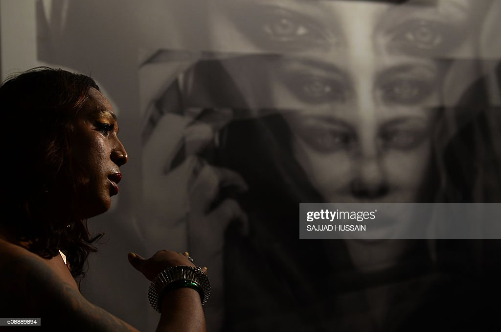 An Indian judge speaks with media during a model audition in New Delhi on February 7, 2016. A non-profit group conducted the first of its kind modelling auditions for transgenders,who often live on the extreme fringer of India's culturally conservative society,sometimes falling into prostitution and begging. AFP PHOTO / SAJJAD HUSSAIN / AFP / SAJJAD HUSSAIN