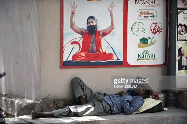 An Indian man rests in the shade on a hot summer day in Hyderabad on May 26 2015 More than 430 people have died in two Indian states from a dayslong...