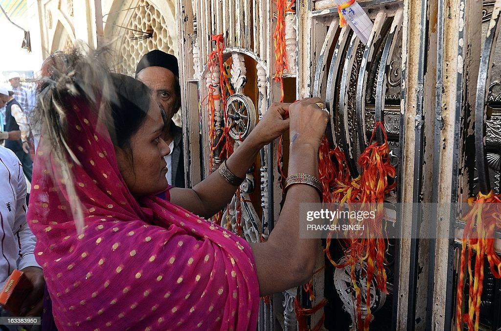 An Indian Muslim devotee ties a scared thred while offering prayers at the Ajmer Sharif shrine in Ajmer on March 9, 2013. Pakistan's Prime Minister Raja Pervez Ashraf is arriving in India for a day-long pilgrimage, to the Ajmer Sharif shrine, at a time of strained relations between the neighbours after the recent tit-for-tat killings of soldiers on the border. AFP PHOTO/ Prakash SINGH