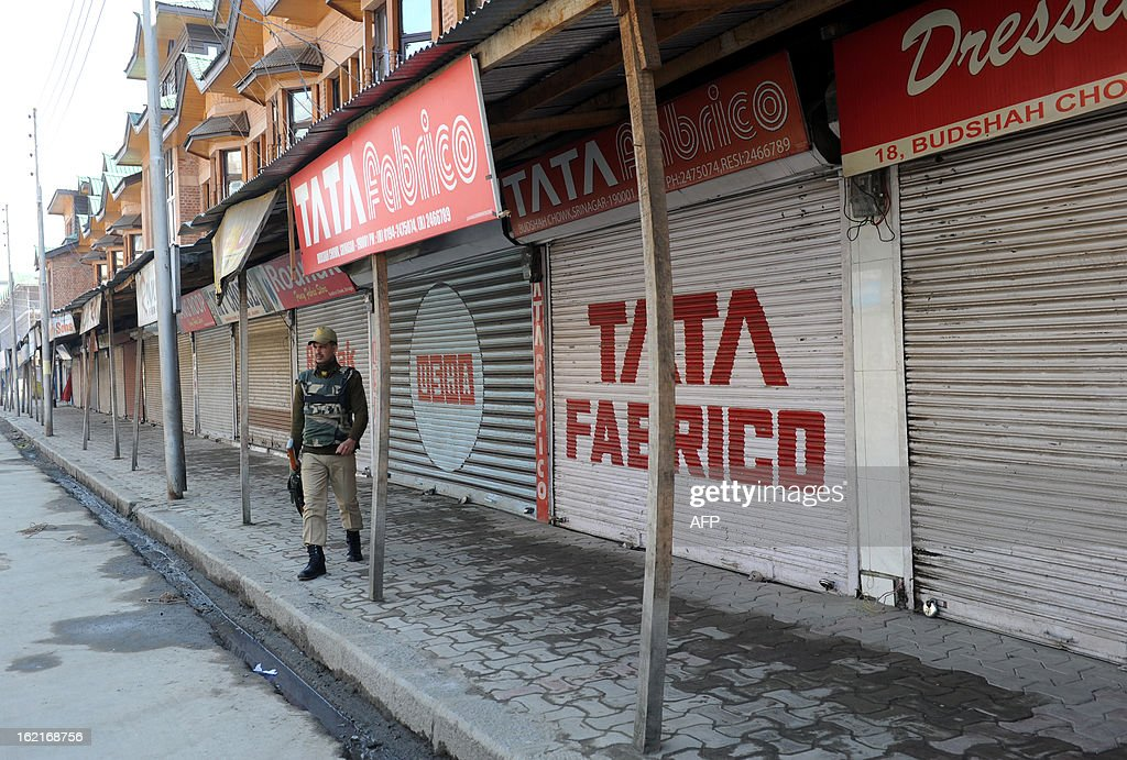 An Indian paramilitary soldier stands guard during a shutdown in Srinagar on February 20, 2013. A separatist alliance, All Parties Hurriayt Conference, opposed to Indian rule in Kashmir called for a two-day strike in to press the demanded for return of Afzal Guru's mortal remains to his family. Guru was executed on February 9, 2013 and buried inside a high security prison in New Delhi after he was convicted of his role in a deadly attack on Indian parliament in 2001. AFP PHOTO/ Rouf BHAT