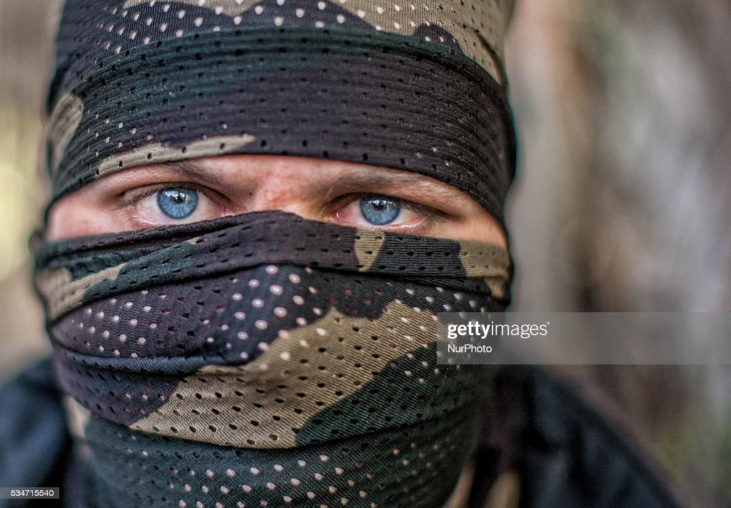 An Indian policeman guards the area after a gun battle between militants and Indian government forces on May 27, 2016 in Khonchpur, 40 kilometers (25 miles) west of Srinagar, the summer capital of Indian administered Kashmir, India. Six rebels and an Indian army soldier were killed in two separate gun battles in the north Kashmir today.