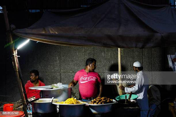 An Indian roadside food stall owner looks on in the old quarter of New Delhi on May 9 2017 / AFP PHOTO / CHANDAN KHANNA
