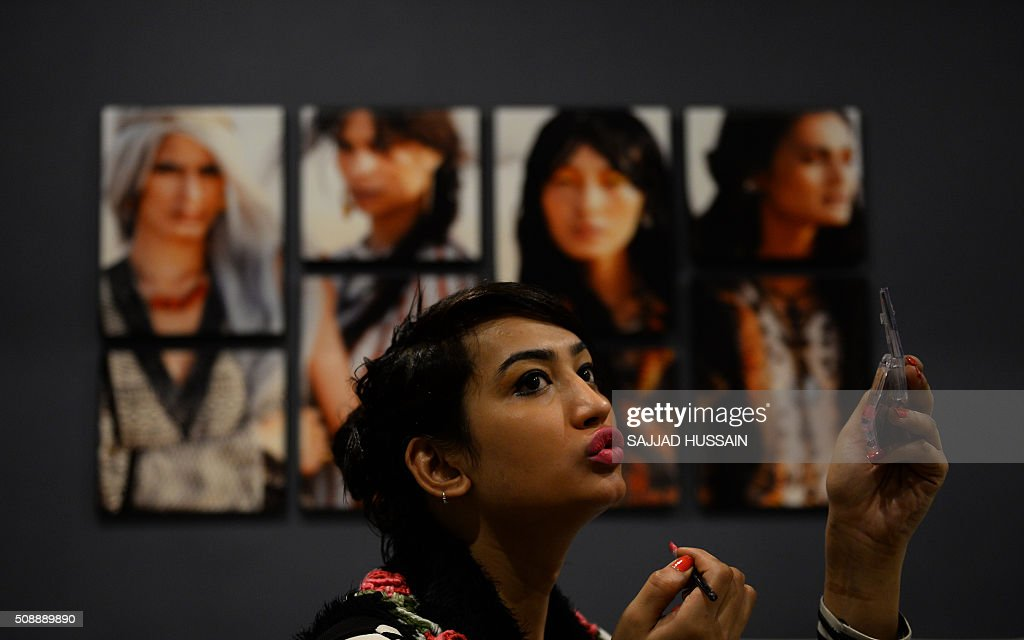An Indian transgender applies makeup as she waits for an audition in New Delhi on February 7, 2016. A non-profit group conducted the first of its kind modelling auditions for transgenders,who often live on the extreme fringer of India's culturally conservative society,sometimes falling into prostitution and begging. AFP PHOTO / SAJJAD HUSSAIN / AFP / SAJJAD HUSSAIN