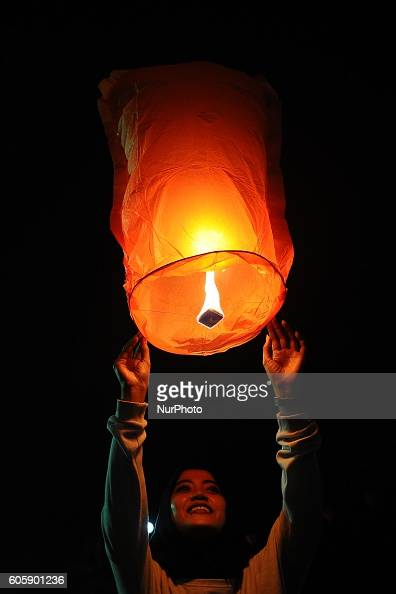 An Indonesian girl releases a paper lantern during Moon Cake Festival at Sanggar Agung Temple Kenjeran on September 15 2016 in Surabaya Indonesia The...