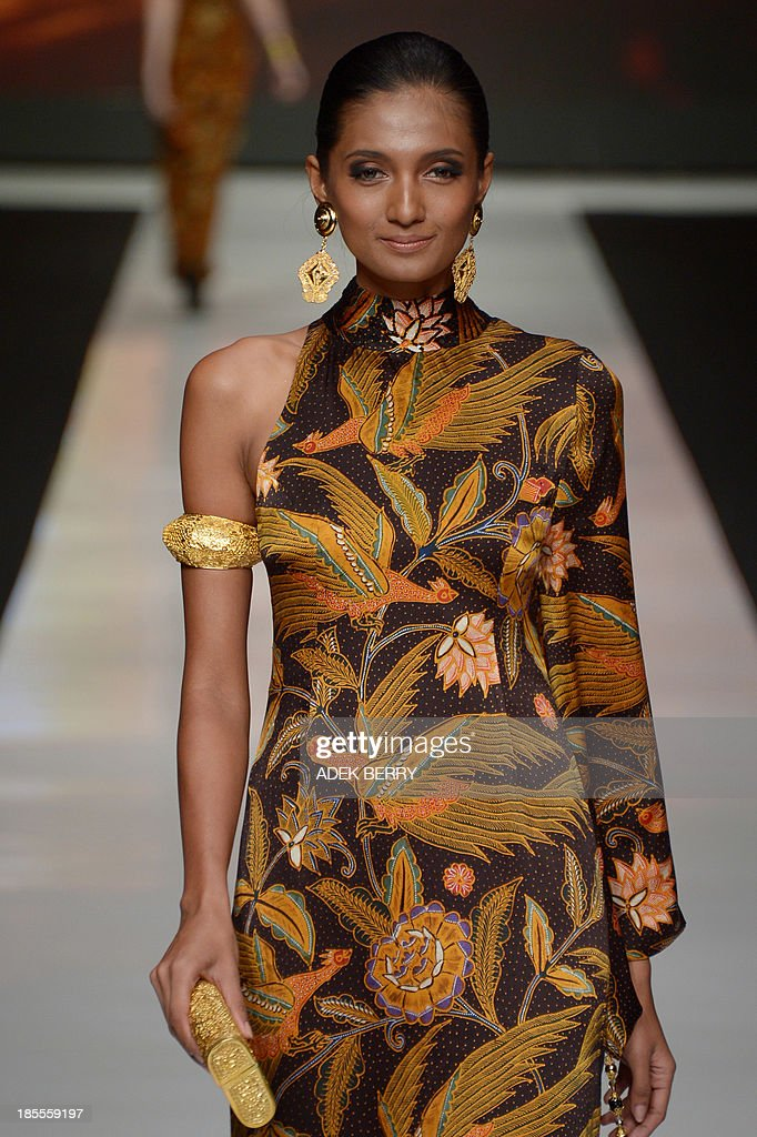 An Indonesian model presents Indonesia's fabric 'Batik' creations designed by Indonesian designer Poppy Dharsono during Jakarta Festival Week 2014 in Jakarta on October 22, 2013. Some 240 designers and fashion labels are being showcased at Jakarta Fashion Week 2014 which is running between October 19-25.