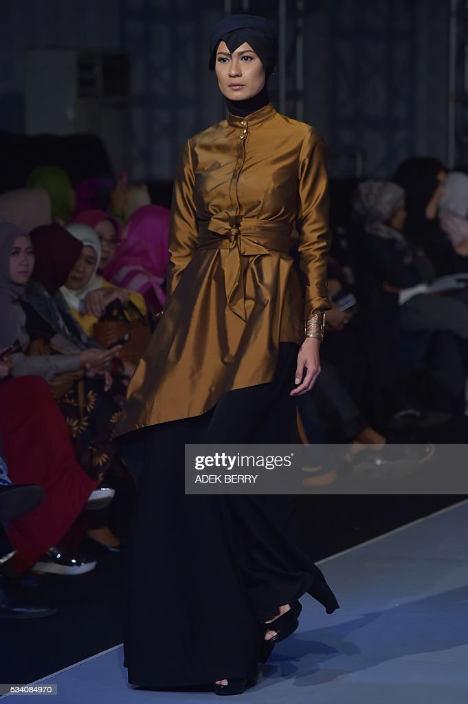 An Indonesian model wears creations by Indonesian designer Eradani during the Muslim Fashion Festival in Jakarta on May 25, 2016. The Muslim Fashion Festival is held in Jakarta from May 25 - 29, ahead of the holy month of Ramadan that starts in Indonesia on June 6. / AFP / ADEK