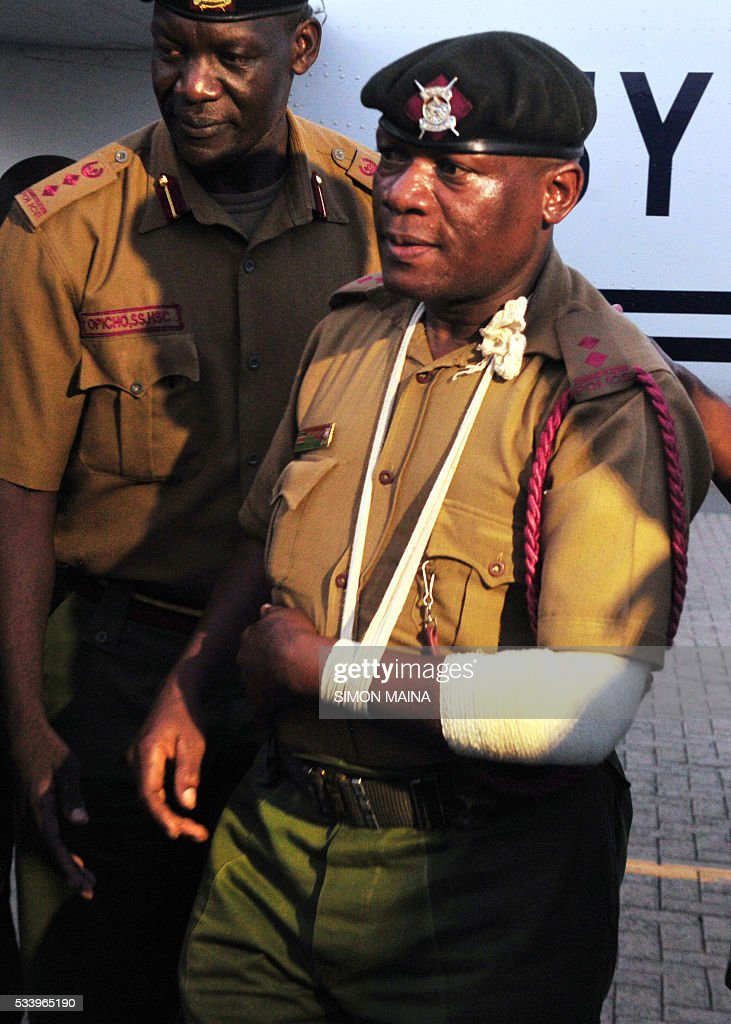 An injured adminstration police officer arrives in Nairobi to receive medical treatment with 28 other injured police officers injured, on May 24, 2016, following clashes with opposition protestors, who were demanding removal of the Independent Electoral and Boundaries Commission (IEBC) electoral body, ahead of next year's election in Nairobi. / AFP / SIMON