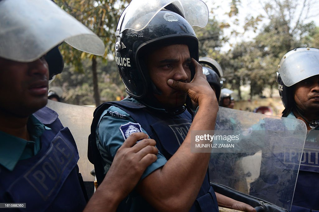 An injured Bangladeshi policeman is taken to a hospital during a clash with protesters in Dhaka on February 12, 2013. The protesters hurled home-made bombs and attacked vehicles with bricks as police fought back with rubber bullets and tear gas in Dhaka's busy Karwan Bazaar and Motijheel commercial districts, police and witnesses said. AFP PHOTO/ Munir uz ZAMAN