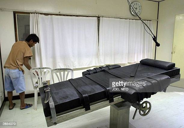 An inmate of the Philippine national prison prepares the lethal injection chamber at the National Penitentiary in suburban Muntinlupa 09 January 2004...