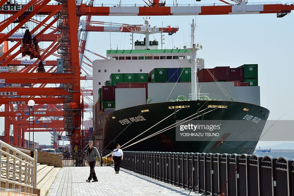 An international freight ship full of containers is unloaded at the international cargo terminal in Tokyo on April 8, 2013. Japan posted its first current account surplus in four months in February, reflecting narrower trade deficits and robust income receipts from investments overseas. AFP PHOTO / Yoshikazu TSUNO