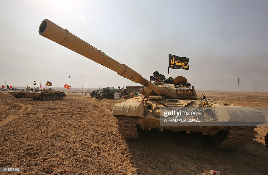TOPSHOT - An Iraqi forces T-72 tank is stationed near the village of Sin al-Dhuban, south of Mosul, on October 27, 2016, during an operation to retake the main hub city from the Islamic State (IS) group jihadists. A US general told AFP that between 800 and 900 Islamic State group fighters have been killed since the Iraqi-led operation to recapture Mosul from the jihadists began. / AFP / AHMAD