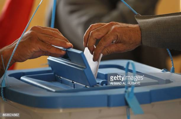 An Iraqi Kurdish man casts his vote in the Kurdish independence referendum in the city of Kirkuk in northern Iraq on September 25 2017 / AFP PHOTO /...