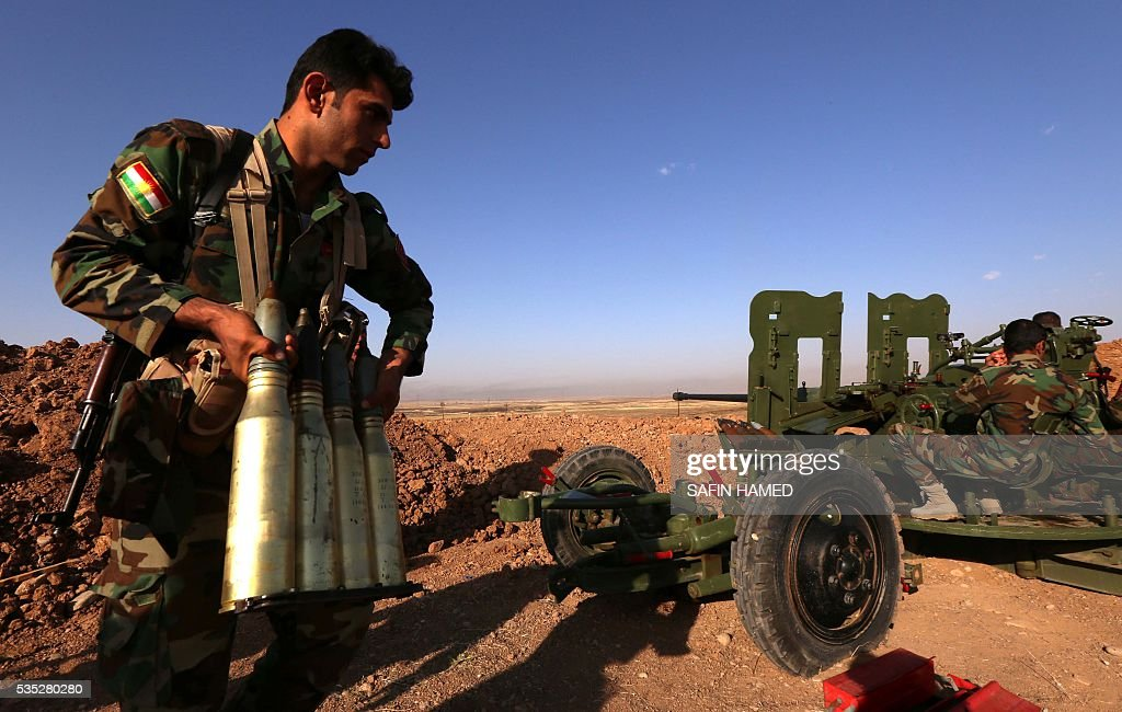 An Iraqi Kurdish Peshmerga fighter prepares ammunitions on the front line near Hasan Sham village, some 45 kilometres east of the city of Mosul, during an operation aimed at retaking areas from the Islamic State group on May 29, 2016. The 'peshmerga-led ground offensive, backed by international coalition warplanes' started before dawn, the Kurdistan Region Security Council (KRSC) said. The fresh push against the jihadist organisation comes a week after Iraqi forces launched an operation against Fallujah, IS's only other major urban hub in Iraq. / AFP / SAFIN