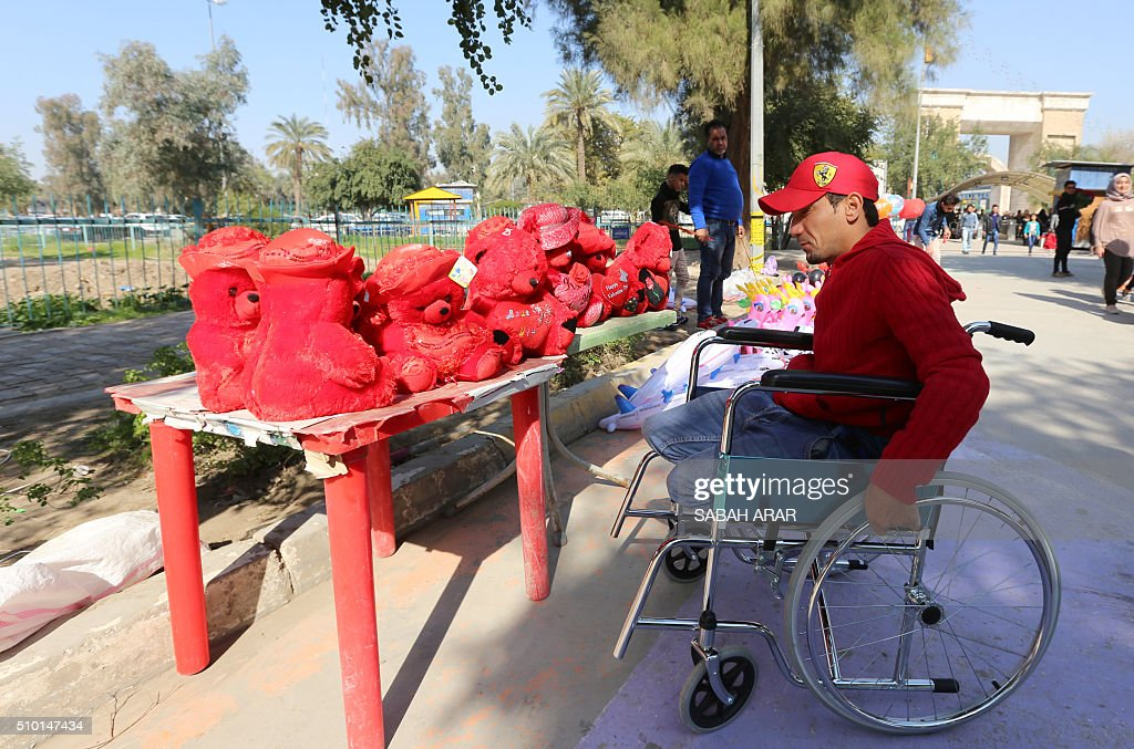 An Iraqi man shops for Valentine's day gifts at Baghdad's Al-Zawraa Park, on February 14, 2016. / AFP / Sabah ARAR
