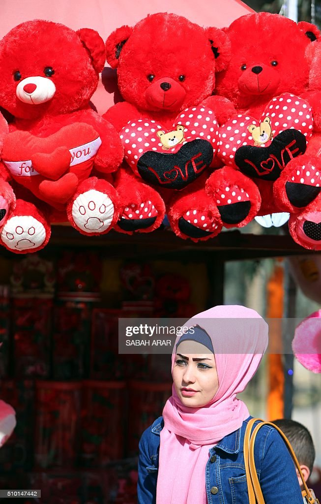 An Iraqi woman shops for Valentine's day gifts at Baghdad's Al-Zawraa Park, on February 14, 2016. / AFP / Sabah ARAR