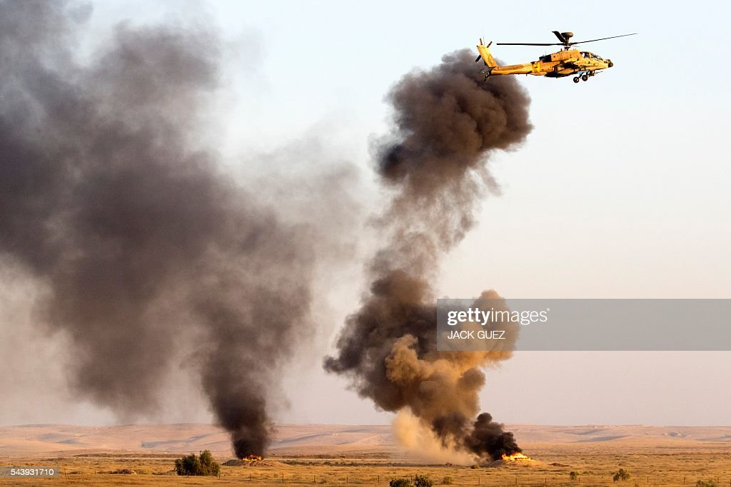 An Israeli AH-64 Apache Longbow helicopter takes part in an air show at the graduation ceremony of Israeli air force pilots on June 30, 2016, at the Hatzerim base in the Negev desert, near the southern Israeli city of Beer Sheva. / AFP / JACK