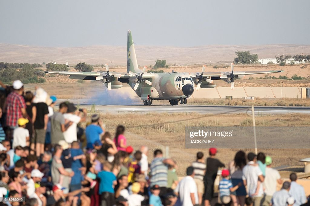 An Israeli C-130 Hercules performs during an air show at the graduation ceremony of Israeli pilots in the Hatzerim air force base in the Negev desert, near the southern city of Beer Sheva, on June 30, 2016. / AFP / JACK