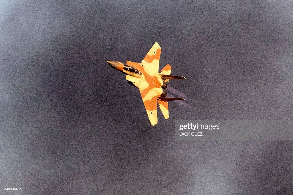 An Israeli F-15 I fighter jet performs during an air show at the graduation ceremony of Israeli air force pilots at the Hatzerim base in the Negev desert, near the southern Israeli city of Beer Sheva, on June 30, 2016. / AFP / JACK
