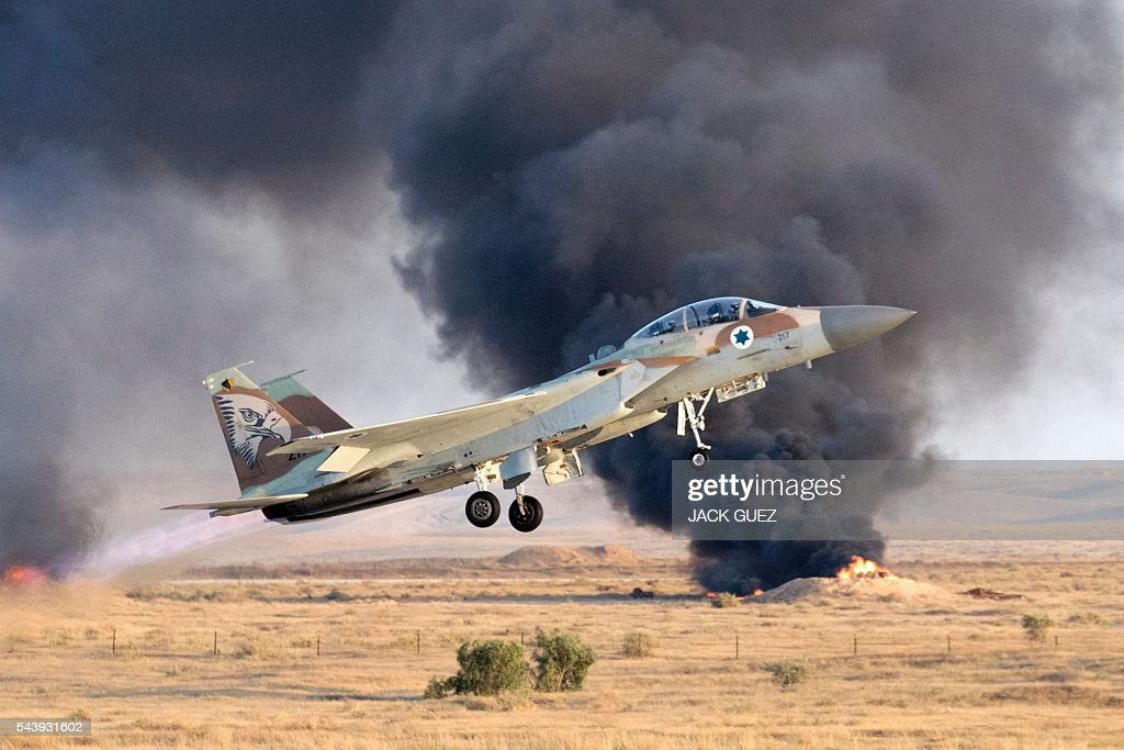 An Israeli F-15 I fighter jet takes off during an air show at the graduation ceremony of Israeli air force pilots on June 30, 2016, at the Hatzerim base in the Negev desert, near the southern Israeli city of Beer Sheva. / AFP / JACK