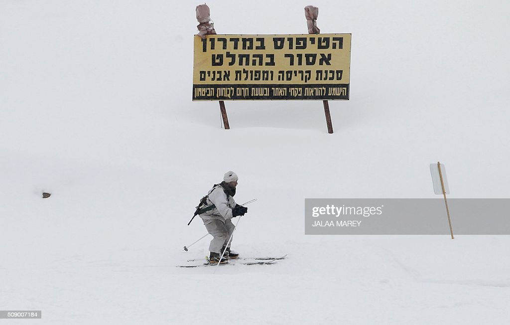 An Israeli soldier of the alpine unit makes his way down a slope at the Mount Hermon ski resort, in the Israeli-occupied Golan Heights, on February 8, 2016. / AFP / JALAA MAREY