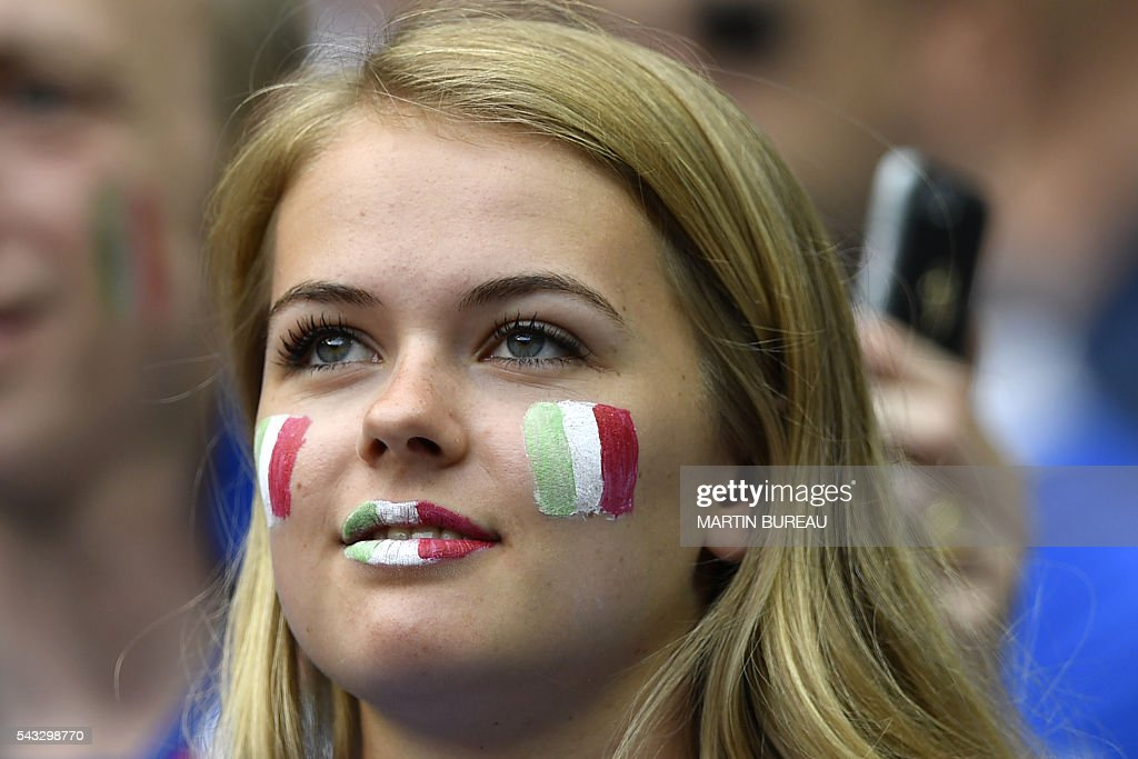 An Italy fan waits for the start of the Euro 2016 round of 16 football match between Italy and Spain at the Stade de France stadium in Saint-Denis, near Paris, on June 27, 2016. / AFP / MARTIN