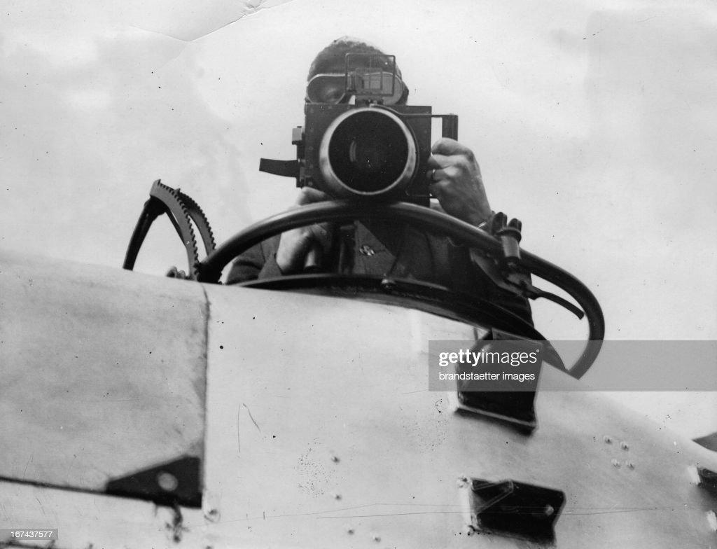 An oblique camera used for serial photography and which is fixed to the gun cockpit of the plane. Great Britain. About 1930. Photograph. (Photo by Imagno/Getty Images) Eine Schrägkamera für Luftaufnahmen. Sie wird am Gewehr-Cockpit montiert. Großbritannien. Um 1930. Photographie.