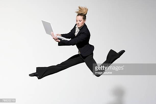 Ein Büroangestellter jumping