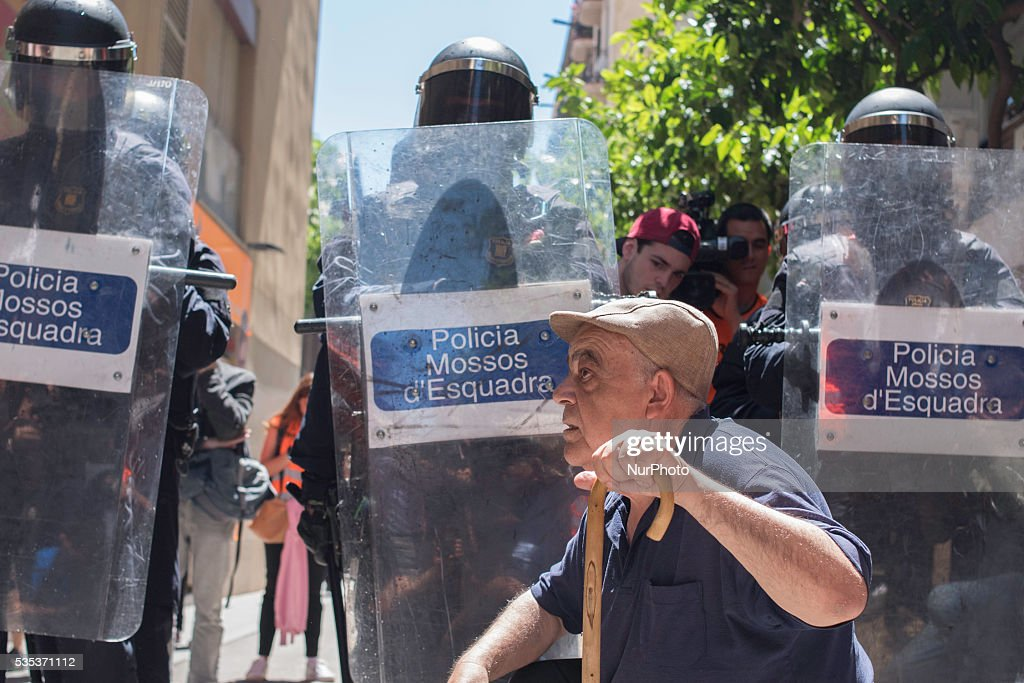 "An old man demonstrating against the eviction of an the ""Banc expropiat"" in Barcelona on may 29."