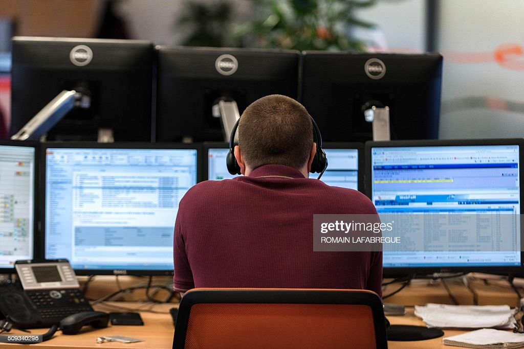 An operator works at Orange's mobile phone supervision center in Lyon on February 10, 2016. / AFP / ROMAIN LAFABREGUE