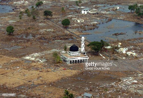 WITH 'ASIAQUAKERELIGION' An over view shows a Muslim mosque amid rubble in Teunom 170 kms southwest from Banda Aceh in Aceh province Indonesia 02...