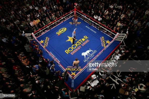 An overhead shot of the start of the fight between Ricky Hatton of England and Floyd Mayweather Jr during their WBC world welterweight championship...