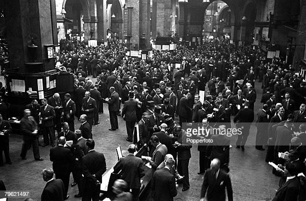 1953 An overhead view of the floor at the London Stock Exchange