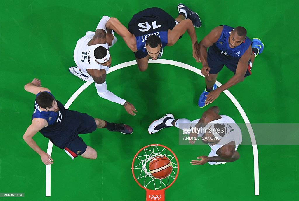 TOPSHOT - An overview shows (From L) France's guard Nando de Colo, USA's forward Carmelo Anthony, France's centre Rudy Gobert, France's power forward Boris Diaw and USA's centre DeMarcus Cousins eye a rebound during a Men's round Group A basketball match between USA and France at the Carioca Arena 1 in Rio de Janeiro on August 14, 2016 during the Rio 2016 Olympic Games. / AFP / Andrej ISAKOVIC