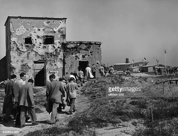 An zerstörten Bunkern vorbei führt der Weg der Badegäste zur Strandhalle die zum Pfingstfest auf Helgoland ihre freien Tage verbringen wollen Die...