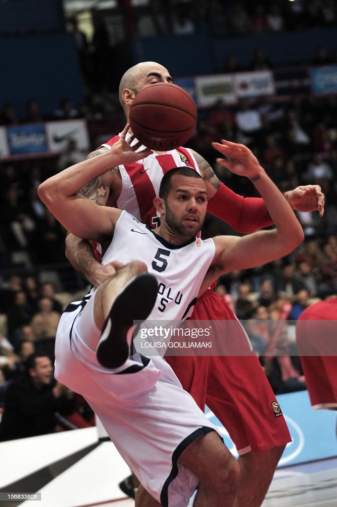 Anadolu Efes' Jordan Farmar (Bottom C) vies for the ball with Olympiacos Piraeus' Pero Antic during the Euroleague basketball match between Olympiacos Piraeus and Anadolu Efes at the Peace and Friendship staduim in Piraeus near Athens on November 22, 2012.