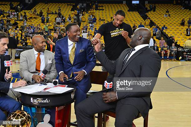 Analyst Matt Winer Kenny Smith Isiah Thomas and Shaquille O'Neal does pregame and chats with Channing Frye of the Cleveland Cavaliers against the...