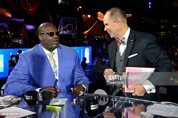 Analysts Shaquille O'Neal and Ernie Johnson talk on set before the New York Knicks game against the Cleveland Cavaliers on October 25 2016 at Quicken...