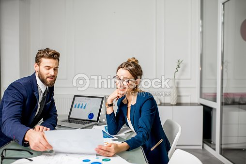 Analytic managers team working at the office : Foto stock