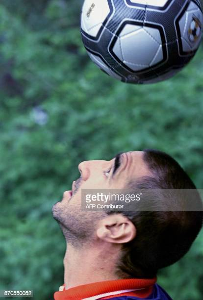 L'ancien attaquant du ManchesterUnited le français Eric Cantona joue avec un ballon à SaintGalmier le 03 juin 2000 avant le championnat d'Europe de...