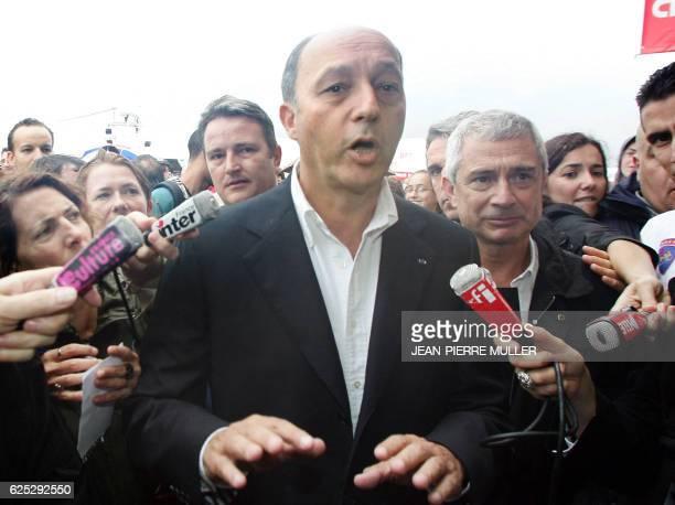 L'ancien Premier ministre socialiste Laurent Fabius au côté du député Claude Bartolone répond aux questions des journalistes lors de son arrivé à la...