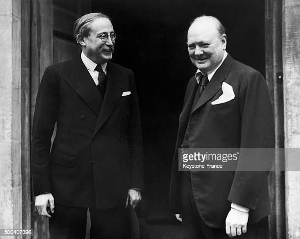 L'ancien President du Conseil socialiste francais Leon Blum rend visite a Winston Churchill entre 1945 et 1950 a Westerham dans le Kent Angleterre